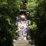 도쿠가와 요시무네 시대부터 계속되어 온 축제. 축제가마를 짊어지고 도쇼구 신사의 긴 돌계단을 뛰어내려간다.